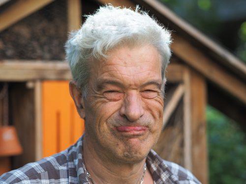 Aufnahme eines Mannes, der in lächelnd in die Kamera blickt.