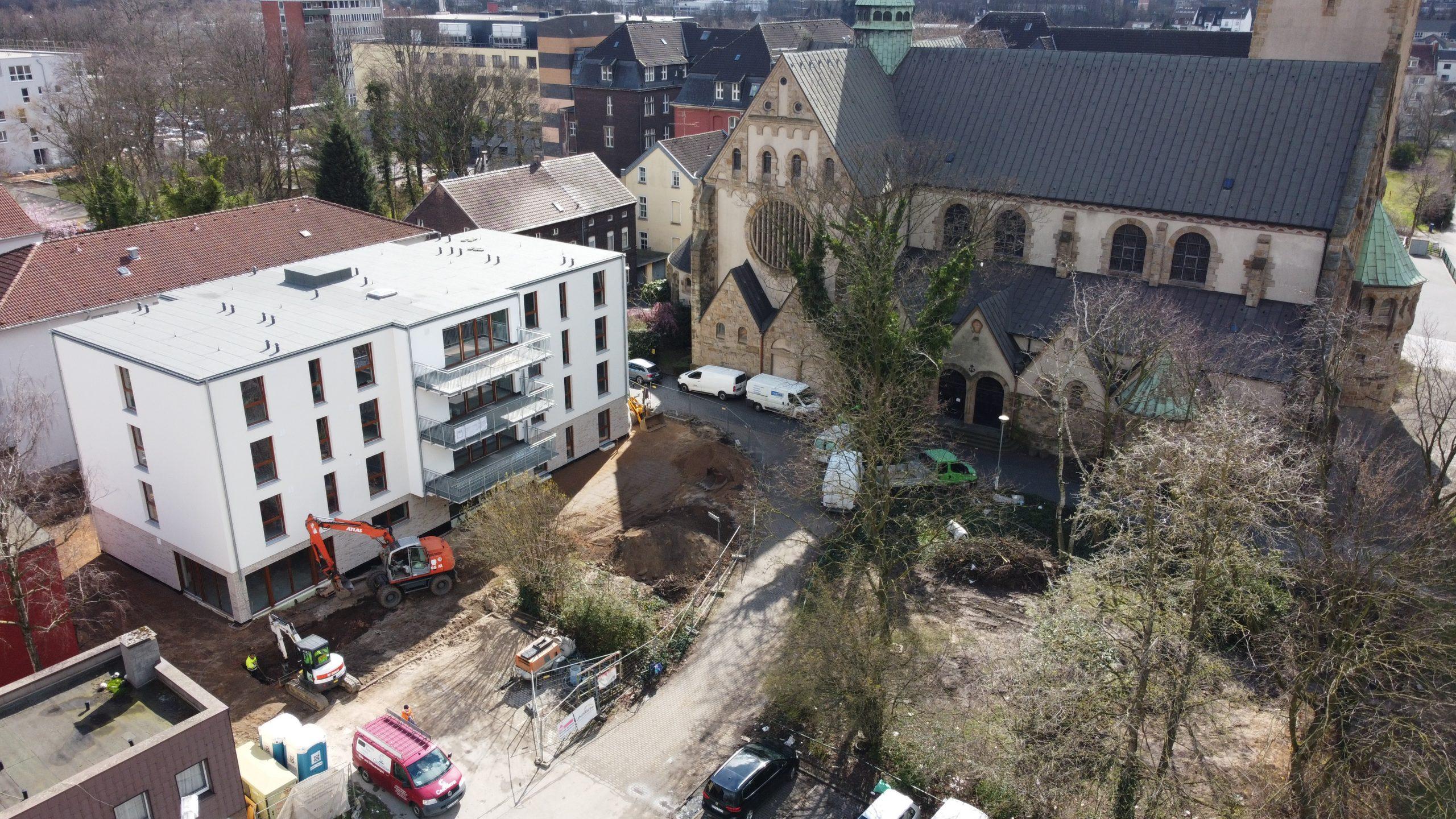 Luftaufnahme des Geländes an der Wanheimer Straße 155. Zu sehen ist die neue Wohnstätte und eine Brachfläche mit Bäumen.