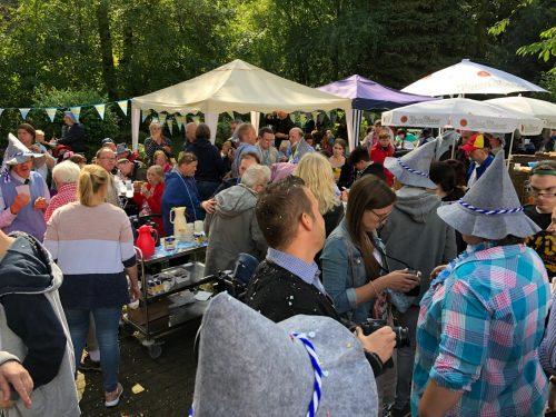 Bild vom Oktoberfest 2018 mit vielen Menschen, die in bayrischer Tracht bekleidet sind.