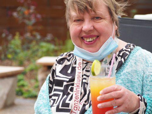 Eine Frau hält einen Cocktail in der Hand.