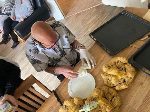 Mann, der Kartoffeln zubereitet.