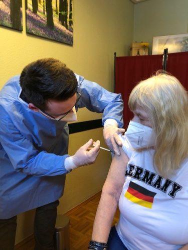 Auf dem Bild: Roswitha Glimmann erhält ihre Corona-Schutzimpfung.