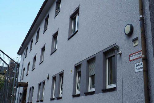 Außenansicht der Wohnstätte Wanheimerstraße 355: Weiß verputztes Haus mit mehreren Fenstern und Tür