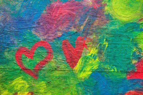 Kunstwerk mit zwei roten Herzen auf grün-blau-rotem Hintergrund.
