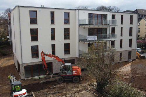 Ansicht der LebensRäume Wohnstätte auf der Wanheimer Straße 155 in Duisburg mit zwei Bagger im Vordergrund
