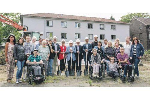 Gruppe von Menschen auf der Wanheimer Straße in Duisburg zum Spatenstich Ereignis